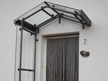 Vordach graphitfarben mit Glas