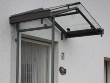 Vordach aus Stahlprofilen mit Glas